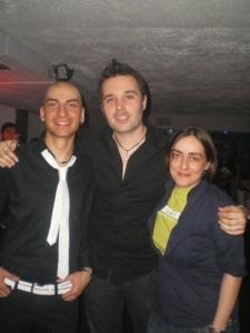 Rubén, en el centro, con Panchi y un camarero de Metro Chueca, en la inauguración