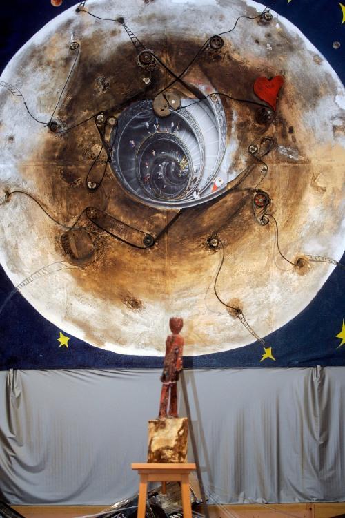 Luna y escultura de Óscar Yanel, en una fotografía de Rodrigo Macho