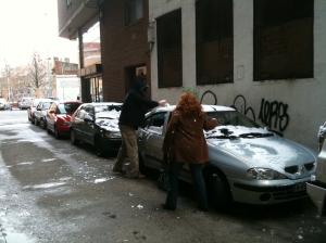 En una ciudad como Talavera, una nevada como la del domingo se convierte, por lo raro, en un acontecimiento que no distingue entre edades. Aquí, dos adultos en plena guerra de bolas de nieve.